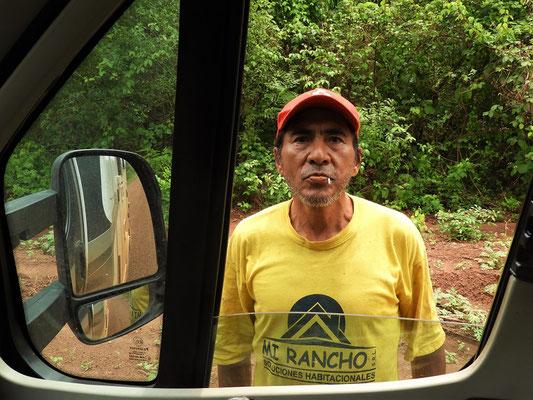 Er hält uns an und bettelt 10 Bolivianos um Cocablätter zu kaufen
