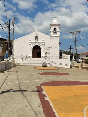 Iglesia del Carmen - erbaut 1524 - mit Sportplatz vor dem Kirchenportal