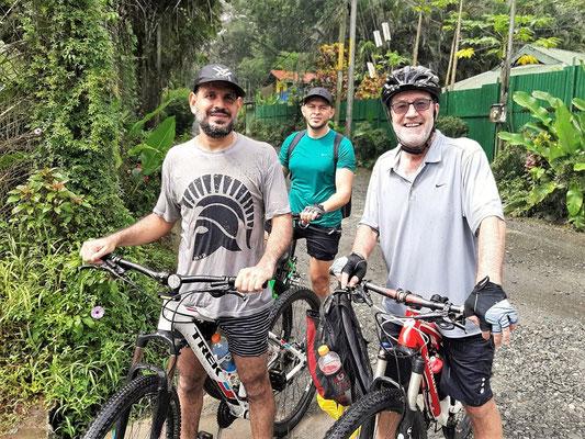 Röbä mit Emanuel und Danier nach der Bike-Tour im strömenden Regen