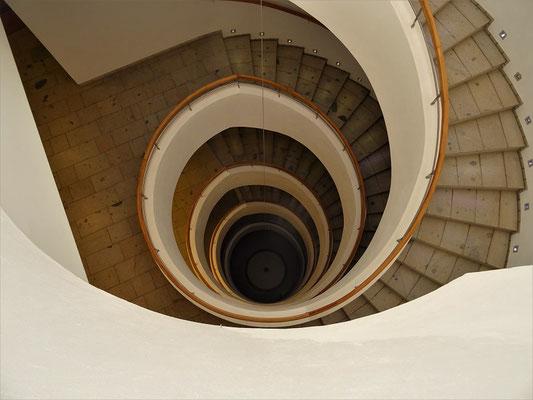 Das Pendel im Zentrum des Gebäudes symbolisiert die Schwerkraft