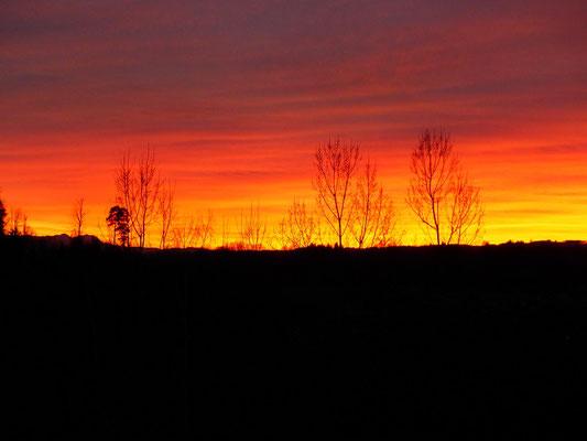 ....und einem feurigen Sonnenuntergang geht der erste Tag zu Ende