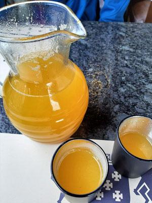 Canelazo, das Nationalgetränk Ecuadors – Wasser, Nelken, Zimt und Saft der Lulo/Naranjilla werden zu einem Sirup eingekocht. Danach kommt Aguardiente - ein Schnaps aus Zuckerrohr - dazu. Das Getränk wird wie Glühwein warm getrunken.