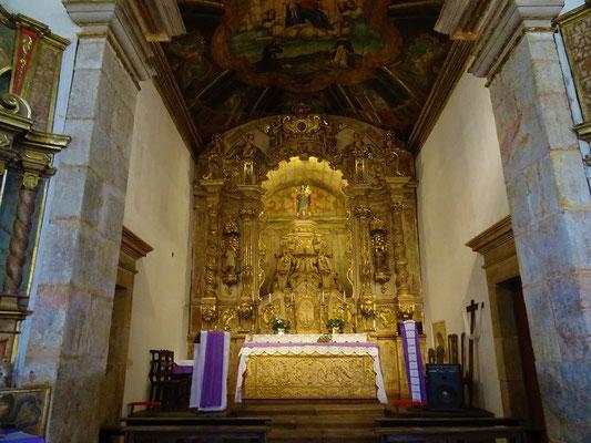 ....mit dem Gold verzierten Altar