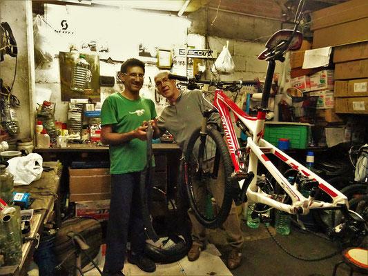 Der Bike-Profi in Piriapolis - in zwei Schläuchen insgesamt sechs Löcher geflickt - Röbä hat viel gelernt