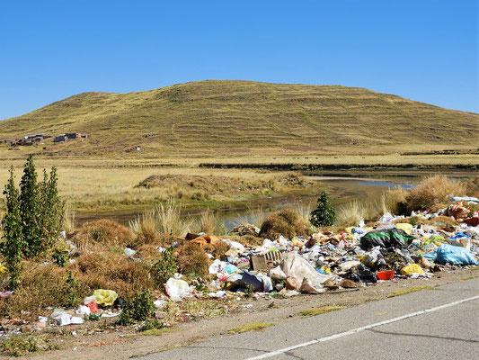 Auch in Perú liegt viel Müll am Strassenrand