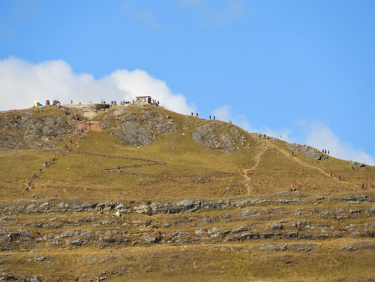 Junge Leute bauen auf dem Cerro bei der Laguna eine Christus-Statue