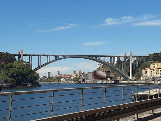 ....geht's dem Douro entlang unter der Ponte da Arrábida durch....