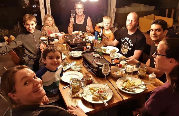 Bei einem feinen Raclette im Kreise unserer Kinder und Enkel....