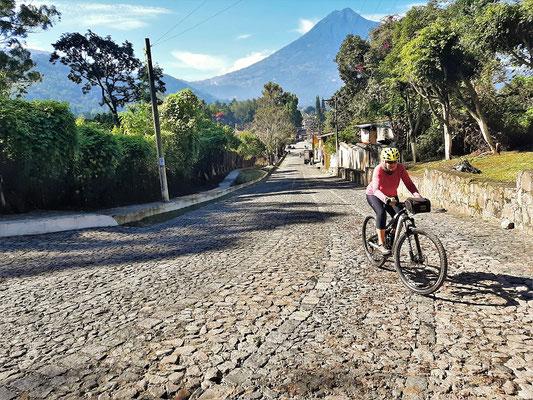 Im Hintergrund der Vulkan Agua - es geht hoch....