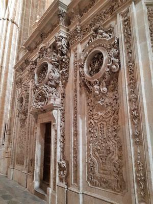 ... und Ornamenten aus dicken Sandsteinplatten geschnitzt