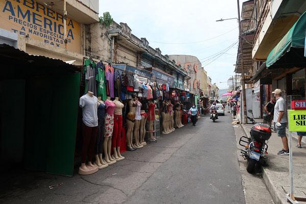 Typische Einkaufsstrasse im Zentrum von San Salvador