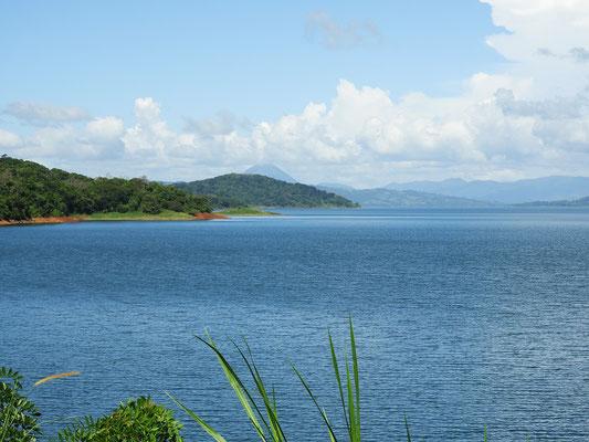 Von unserem Übernachtungsplatz haben wir zum Schluss doch noch einen schönen Ausblick auf See und Vulkan