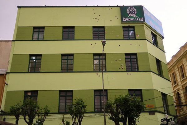 Dieses Haus wurde bei einer Auseinandersetzung zwischen dem Militär und der Polizei unter Beschuss genommen