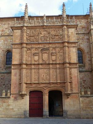 Portal der Universität Salamanca - An der Fassade versteckt sich ein Totenschädel mit Frosch - Dem Finder bringt es Glück ....