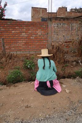 Die Dame setzt sich direkt vor uns auf den Boden - zum Pipi machen :o)
