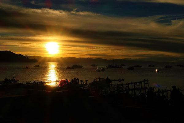 Die Sonne geht über dem Titicacasee unter