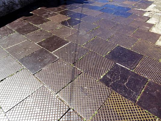 Bodenplatten aus Eisen wurden als Schiffs-Ballast aus England mitgenommen