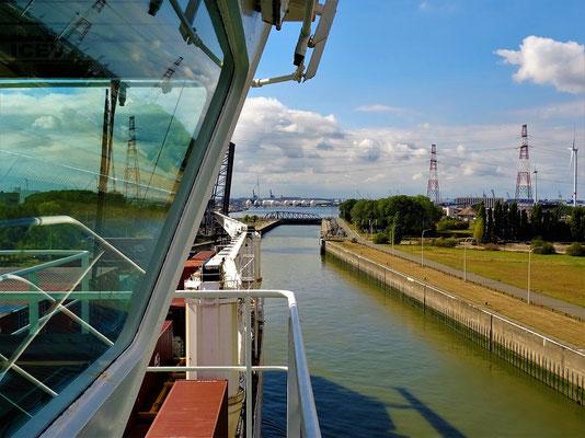 Einfahrt in die Schleuse vor dem Hafen in Antwerpen