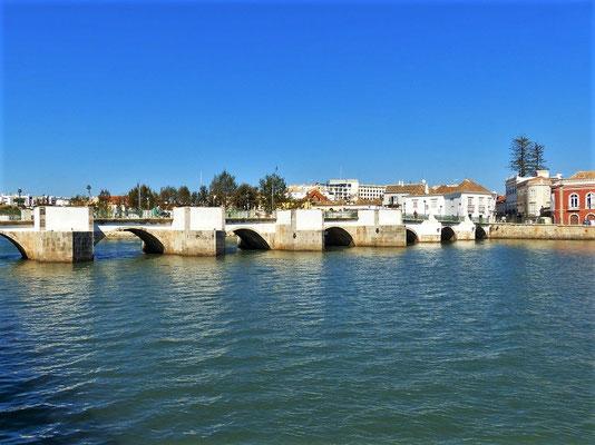 Alte Römerbrücke überspannt in sieben Bögen den Fluss Gilão....