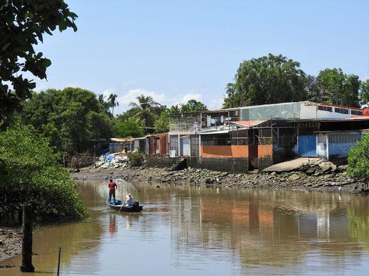 Im Kanal wird gefischt