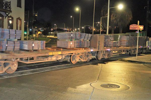 ....und transportieren Kupfer-Barren