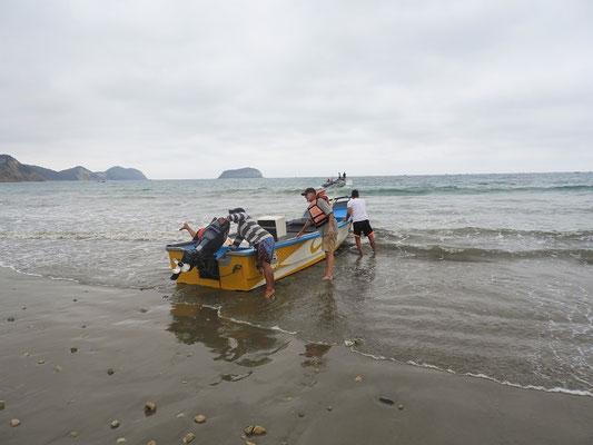 Das Boot wird ins Wasser gelassen