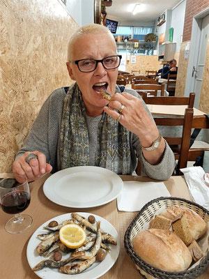 Frittierte Sardinen werden mit Kopf und Schwanz gegessen!