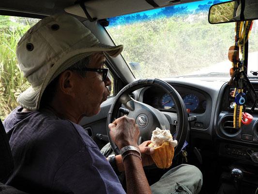 Simon liebt die Kakaobohnen als Zwischenmahlzeit