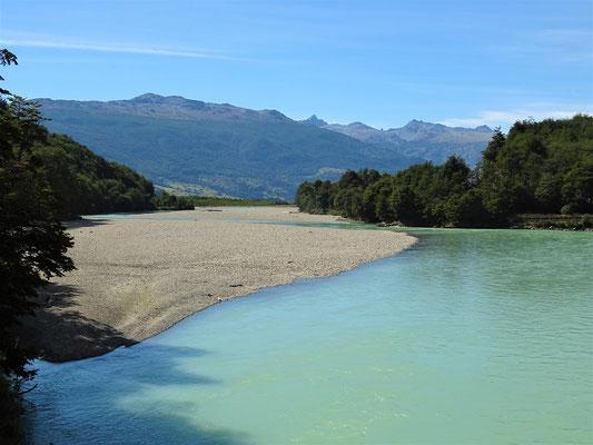 Der Fluss bringt das eisige Gletscherwasser der Anden