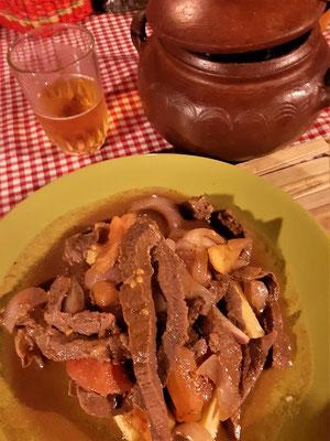 Lomo Saltado - In Stücke geschnittenes Rindfleisch, in Sojasauce für mehrere Stunden mariniert, angebraten und mit Zwiebeln, Tomaten und Chilis geschmort.