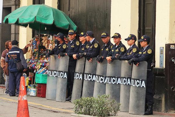 Die Polizei ist in Lima allgegenwärtig
