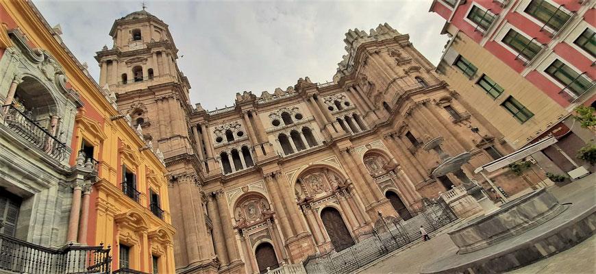 Imposante Kathedrale - 117 m Länge, 72 m Breite und 87 m Höhe - rechter Turm nicht fertig gebaut