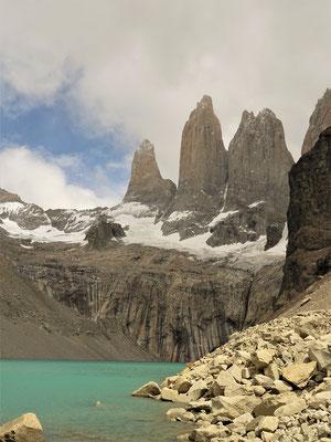.... Ziel erreicht - so klar bekommt man sie nur selten zu sehen - Paine Chico 1720 m - Torres del Paine 2850 m - Cuernos del Paine 2600 m