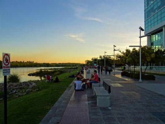 Jeden  Abend sitzen die Argentinier bis spät in die Nacht draussen