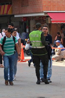 Ein verdächtiger 'Taschendieb' wird kontrolliert