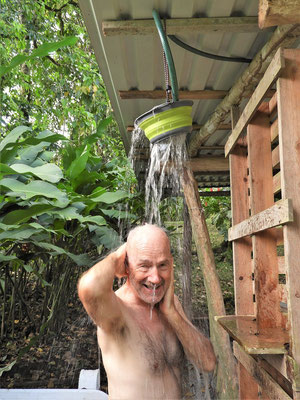 Ab und zu eine Abkühlung unter der selbst gebastelten Dusche
