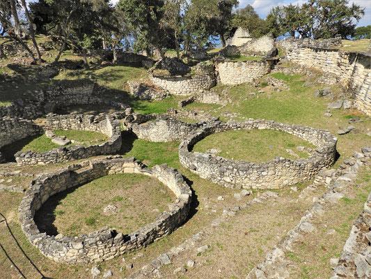 Die Überreste der runden Häuser, einst mit Strohdächern bedeckt....