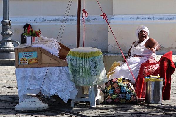 Bei ihr gibt es Acarajé - fritierte Bällchen gefüllt mit getrockneten Bohnen und Krabben