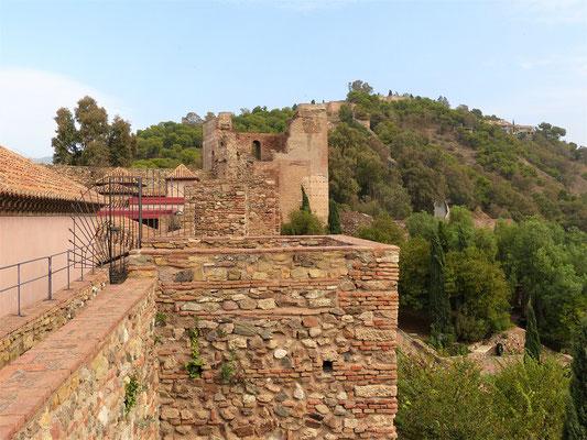 Blick von der Alcazaba zur arabischen Burg, mit der sie durch einen Wehrgang verbunden war