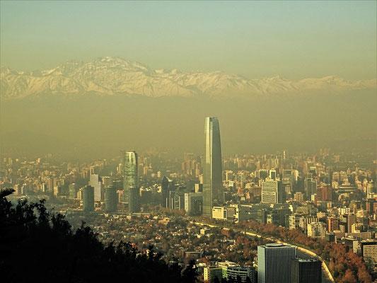 Blick vom Cerro San Cristobal über Santiago mit der Andenkette im Hintergrund