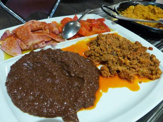 Spezialitäten aus León - Morcilla/Blutwurst, Picadillo/Hackfleisch, Jamón asado/Beinschinken und Peperoni