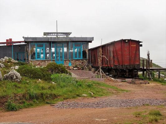 Hier oben scheint die Eisenbahn auch Halt zu machen - Bahnstation samt Güterzug als Wohnhaus auf der Alp