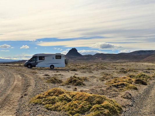 Schlafplatz am Lago Cardiel mit Vulkan im Hintergrund