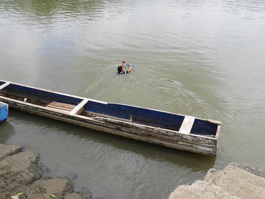 Keine Brücke?! - mit den Einkäufen schwimmend den Fluss überqueren