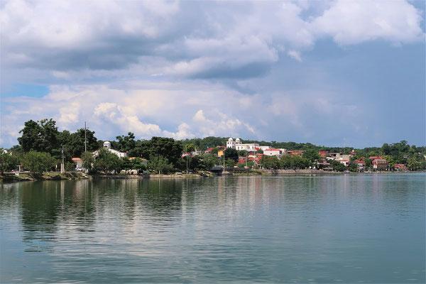 Flores auf der kleinen Insel San Andrés im Lago Petén Itzá