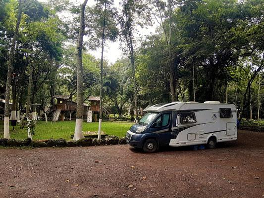 Unser Übernachtungs-Platz beim Hotel Bosque mit über 800 Bäumen....