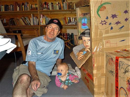 Grossdädy geniesst das Spielen mit den Enkelkindern