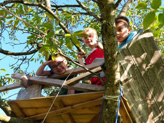 Die Jungs auf der Baumhütte....
