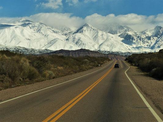 Wir fahren der verschneiten Anden-Kette entgegen Richtung Chile