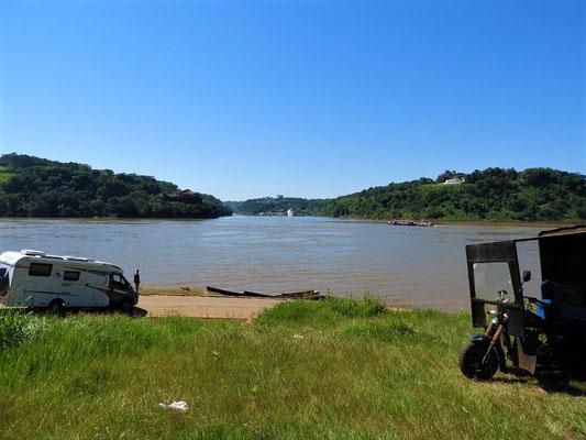 Warten auf die Fähre in Paraguay - links Brasilien - rechts Argentinien - Zusammenfluss Ríos Iguazu und Paranáin